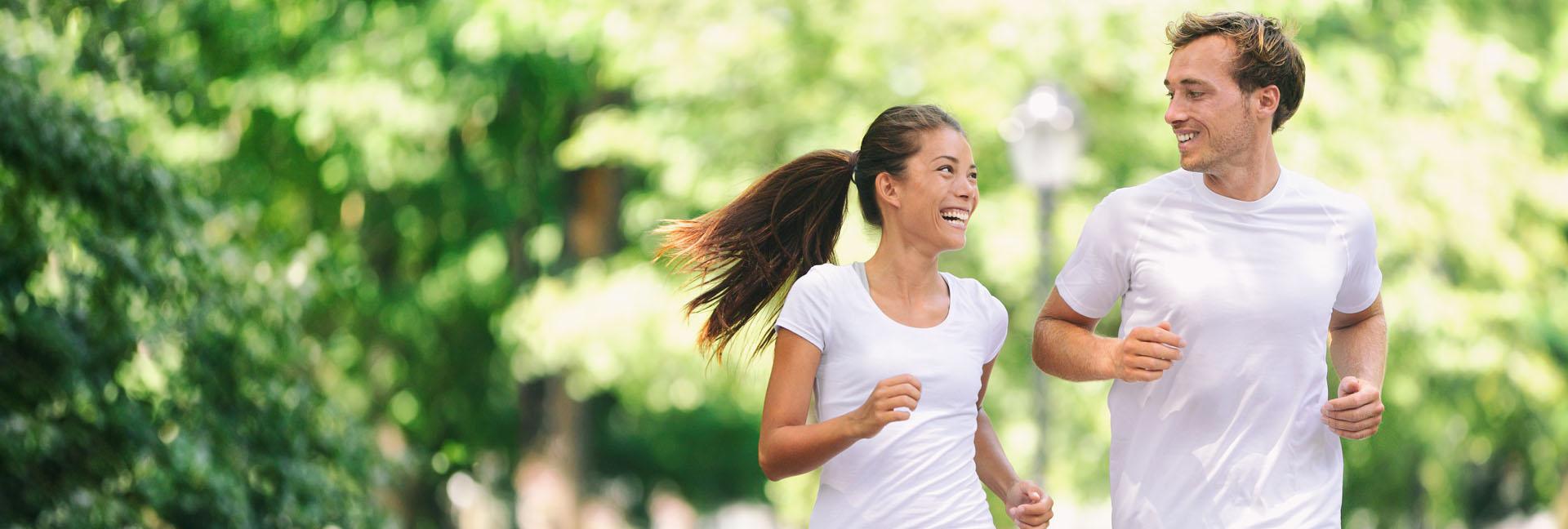Bewegung, Sport, Zwei Freizeitsportler im Wald am joggen
